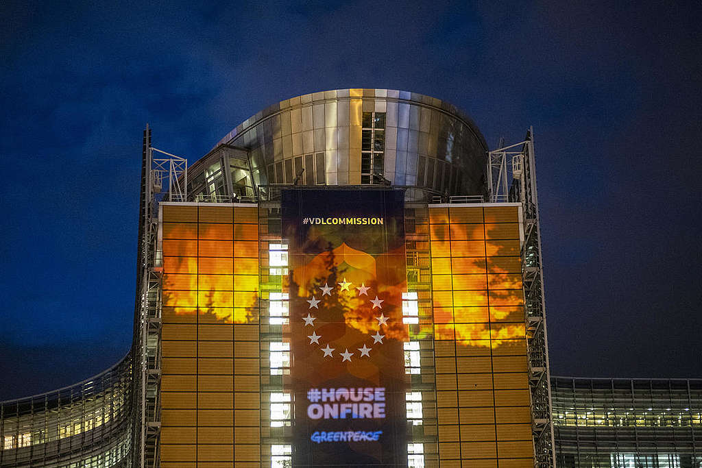 EU climate law projection. © Tim Dirven / Greenpeace