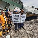 Protest Greenpeace na rypadle skončil. Aktivisté mimo jiné i pouštěli draky