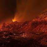 Požár Lake Fire pohlcuje křoviny a lesní porost v oblasti Lake Hughes v Kalifornii (12. srpna 2020). Během několika prvních hodin zachvátil území o rozloze přes 10.000 akrů a zničil řadu domovů a budov v oblasti Pine Canyon. © David McNew / Greenpeace