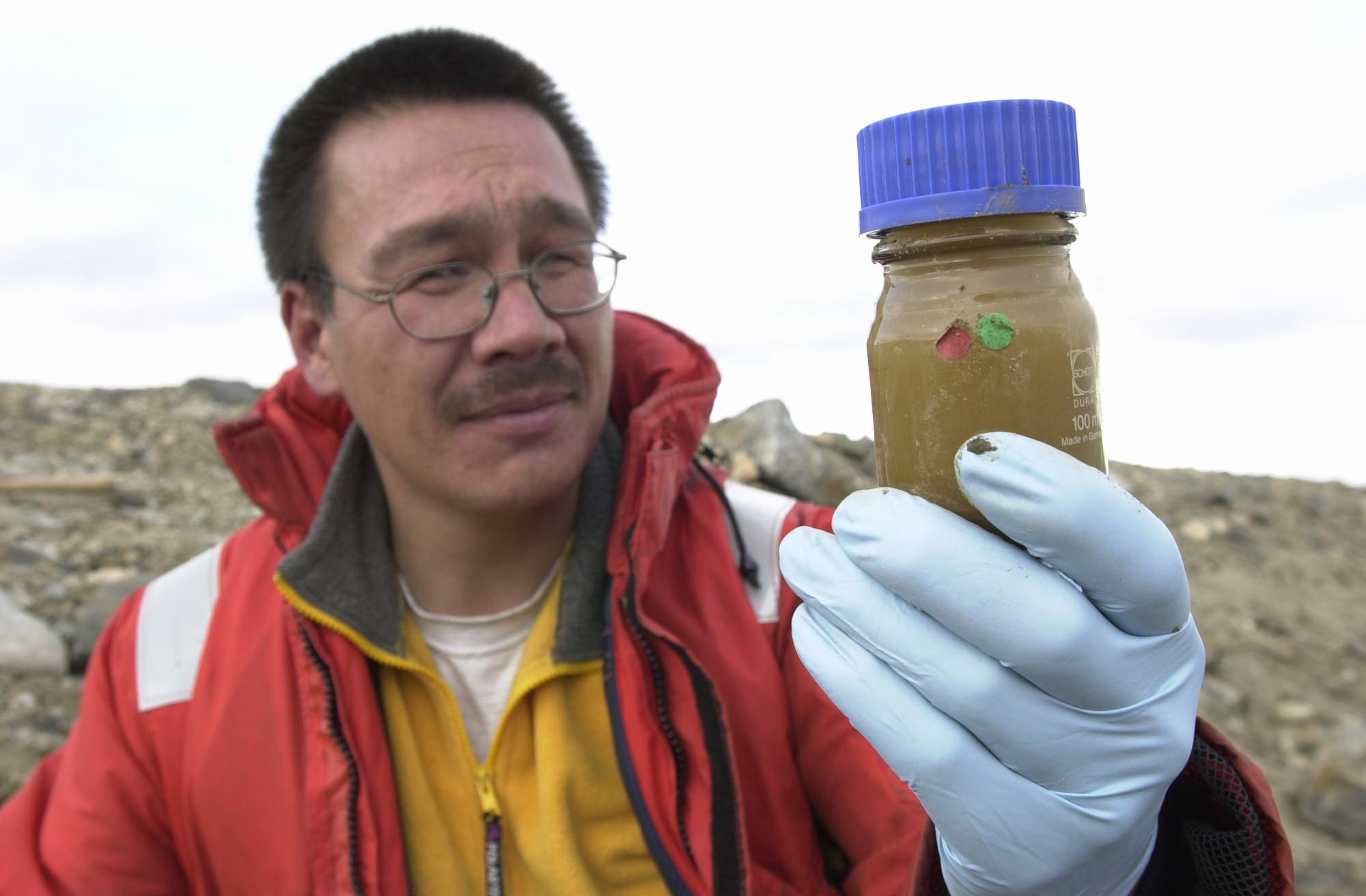 2003: Greenpeace afslører, at en amerikansk miljøundersøgelse af Pituffik/Thulebasen er yderst mangelfuld. Greenpeaces rapport identificerer blandt andet en markant sikkerhedsbrist i forhold til basens håndtering af et af verdens giftigste kemiske stoffer, PCB