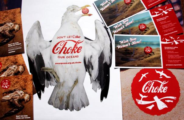 Kampagnematerialer til at lægge pres på Coca Cola for at tage ansvar for de anslået 110 milliarder plastikflasker, som virksomheden sender på markedet hvert år.