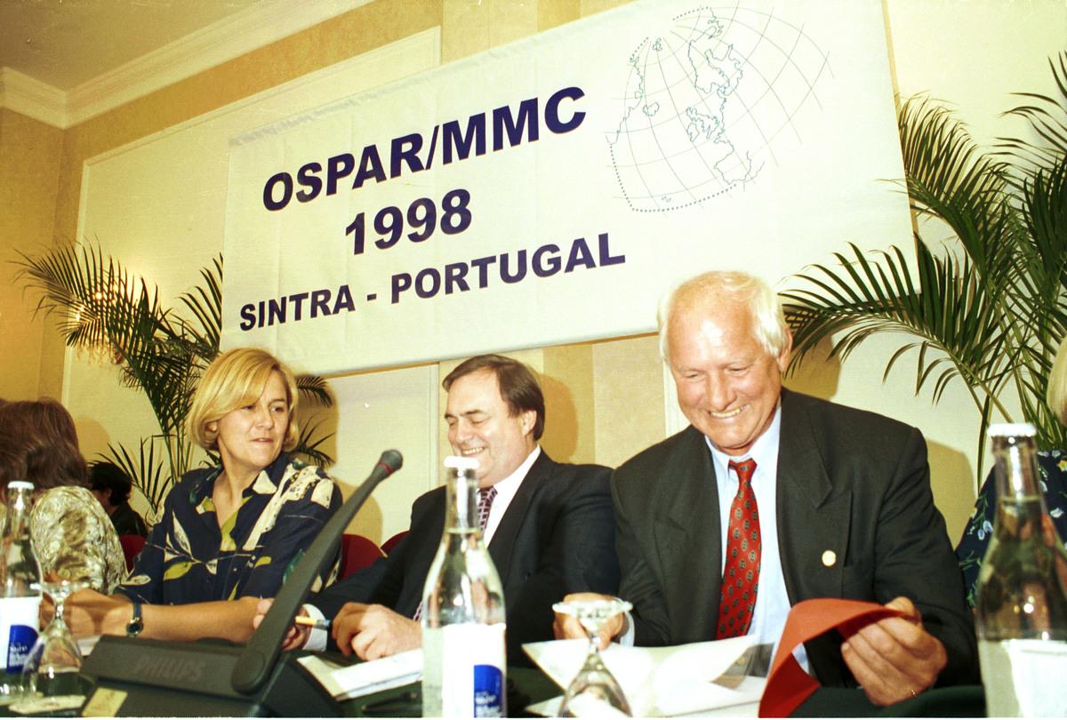 1998: OSPAR-aftalen bliver underskrevet. Aftalen forbyder dumping af affald i området fra Nordpolen, over Grønlands østkyst og til dent russiske Hvidehavskyst