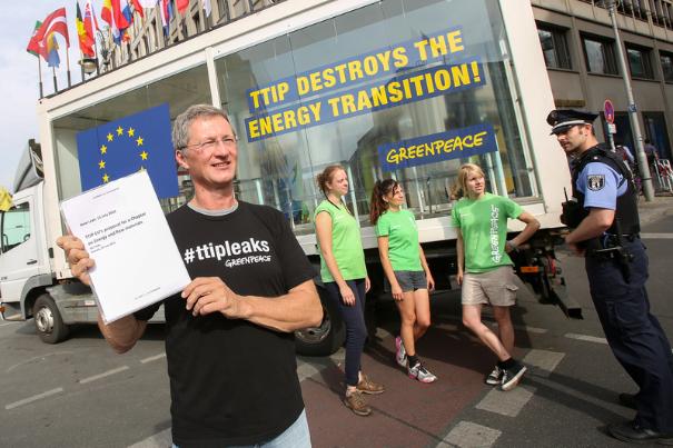 Greenpeace har sat offentlige, gennemsigtige læserum op flere steder i Europa, her i Berlin, for at give almindelige borgere adgang til at læse de dele af aftaleteksten til TTIP, som Greenpeace har lækket.