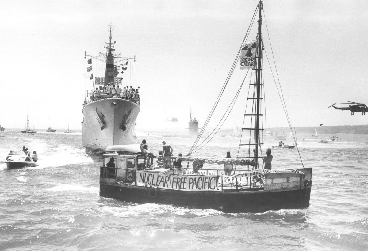 1975: Frankrig stopper atomprøvesprængninger i Polynesien efter massivt pres fra blandt andre Greenpeace