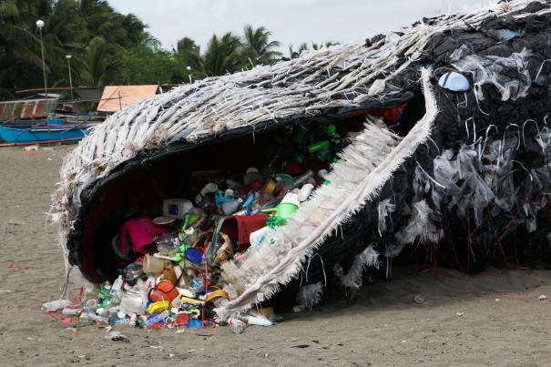 Kunstinstallation på stranden syd for Manila i Filippinerne af en strandet hval, der er blevet kvalt af plastik.