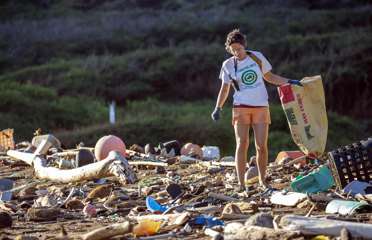 Plastic Clean Up on Kaho'olawe. © Tim Aubry / Greenpeace