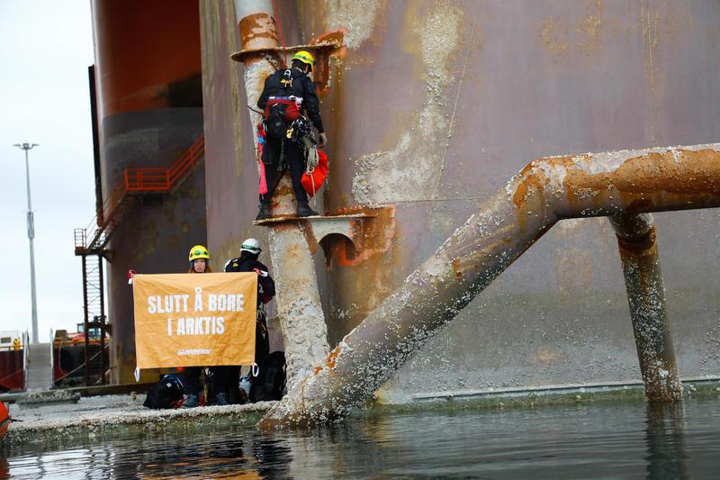 Ronni Christiansen fra Danmark er sammen med aktivister fra Norge, Sverige og Tyskland klatret op på olieplatformen West Hercules.