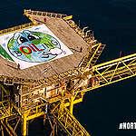 Efter 24 timer på olieplatform: Aktivister i Nordsøen monterer 225 kvadratmeter stort HuskMitNavn-værk