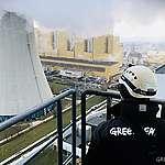 Greenpeacen aktivistit osoittavat mieltä Euroopan suurimman hiilivoimalan piipussa