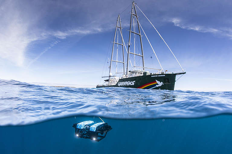 ROV and the Rainbow Warrior in the Great Australian Bight. © Richard Robinson