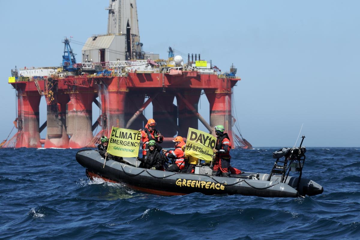 Greenpeace activists display banner on Day 10 of the BP rig protest. © Greenpeace