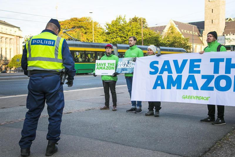 Mielenosoitus Helsingissä Amazonin sademetsien puolesta.