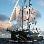 To Rainbow Warrior στον Πειραιά για το κλίμα