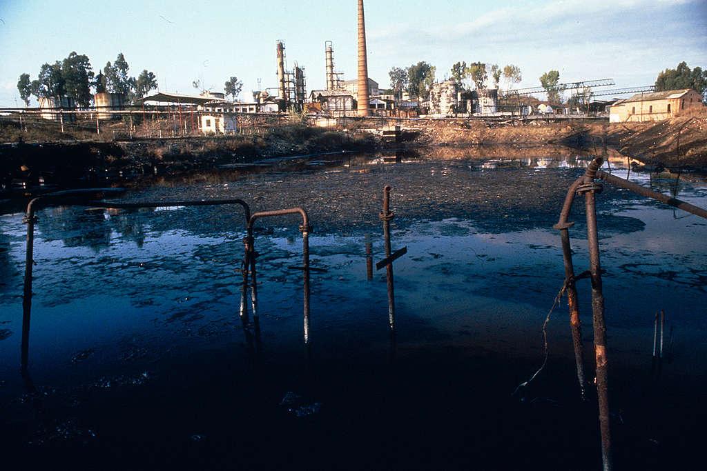 Oil Refinery in Kucove. © Jörg Müller / Greenpeace