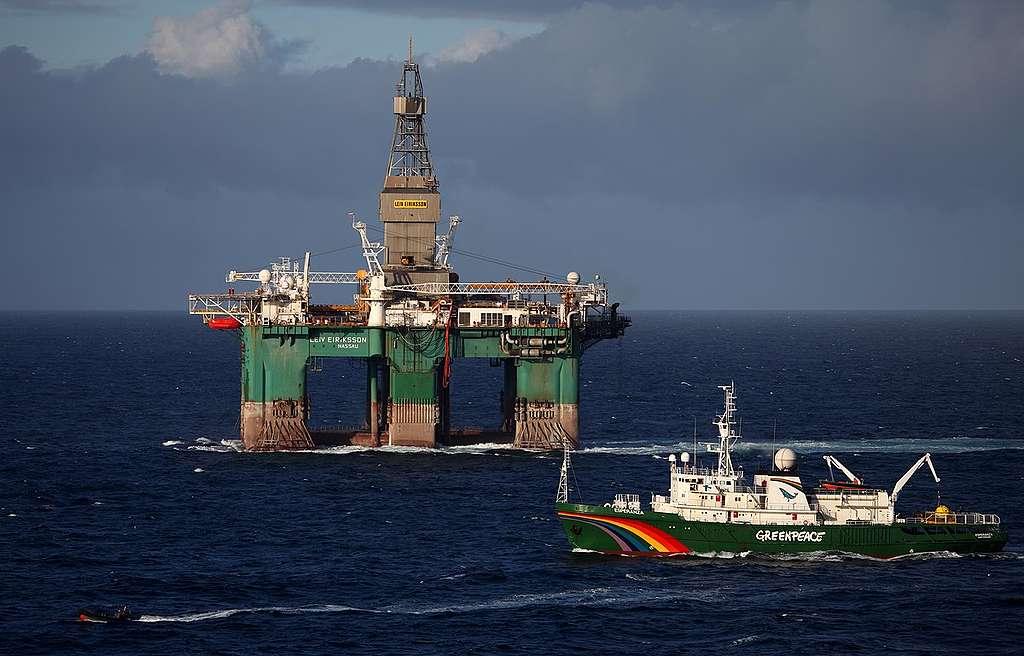 Greenpeace Intercepts Oil Drill Rig. © Jiri Rezac / Greenpeace