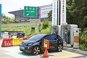 Electric Cars at Charging Station in South Korea. © Jung-geun Augustine Park / Greenpeace