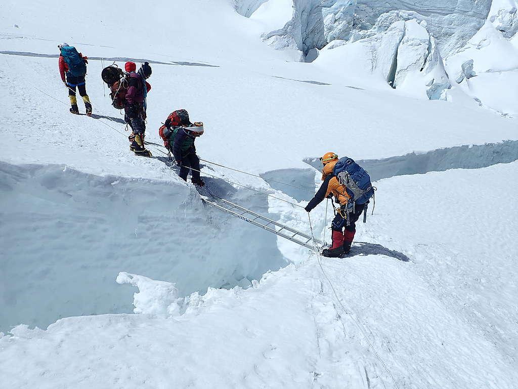 一條鋁梯就能跨越冰隙,是登山者的喜訊,也是氣候危機的證據。 © Greenpeace