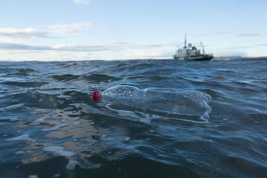 Plastic Bottle in the North Sea. © Will Rose / Greenpeace