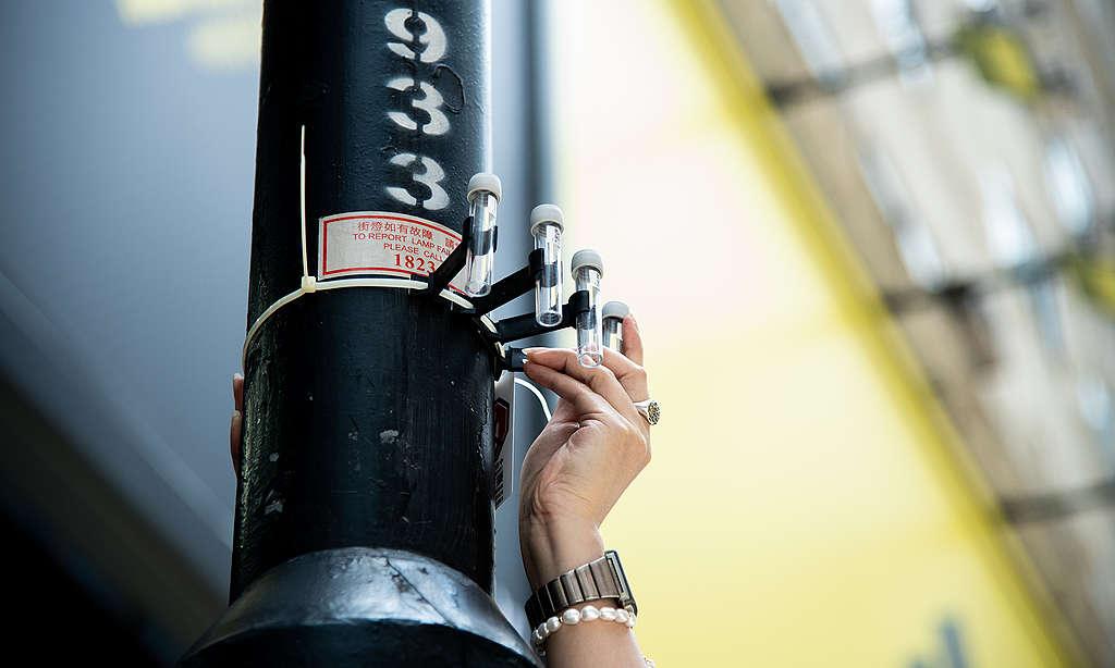義工於鬧市安裝空氣檢測採集器。© Fung Pik Yee / Greenpeace