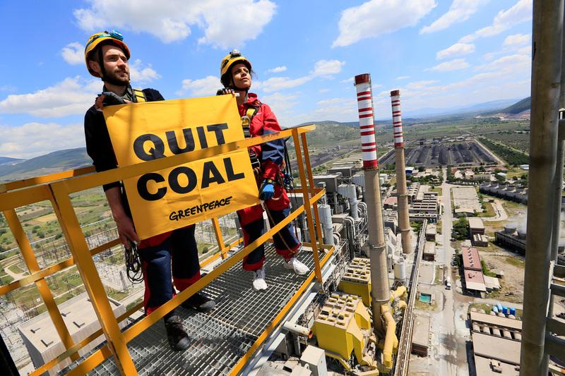 於2016年,土耳其行動者曾攀上當時全歐洲碳排第二多、位於土耳其索馬的燃煤發電廠,反對政府能源政策仍然側重燃煤發電,無視在巴黎協議承諾減排的協定。© Jiri Rezac / Greenpeace