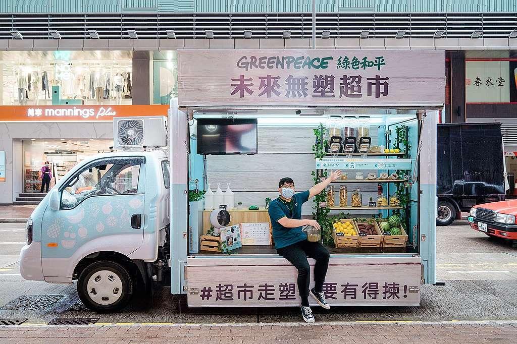籌款幹事William準備向街坊講解無塑超市的意念。© Patrick Cho / Greenpeace