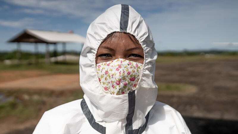 在巴西,全套保護服的工作人員將清潔用品、個人防護裝備送到亞馬遜的原住民社區,以支援受到新冠肺炎嚴重威脅的當地民眾。© Christian Braga / Greenpeace