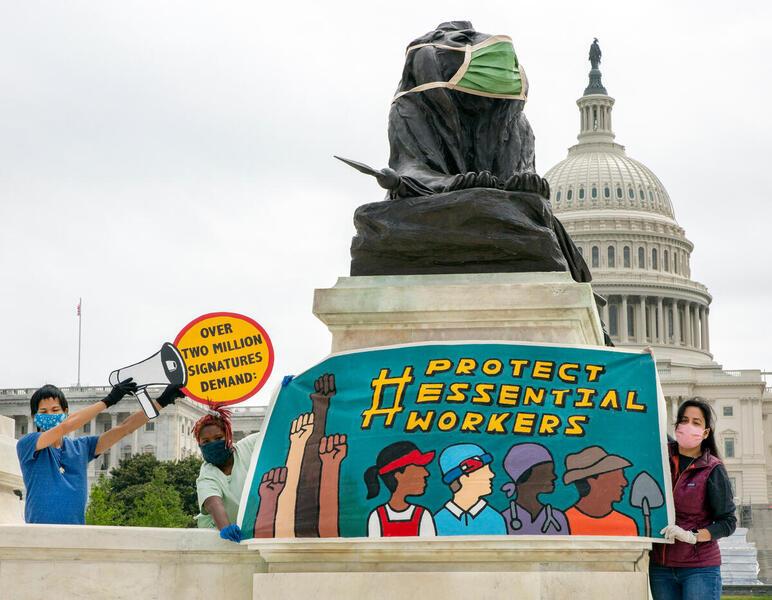 在美國華盛頓,行動者向國會提交210萬的聯署,要求當局守護抗疫前綫人士,為他們爭取基本裝備和保護。© Tim Aubry / Greenpeace
