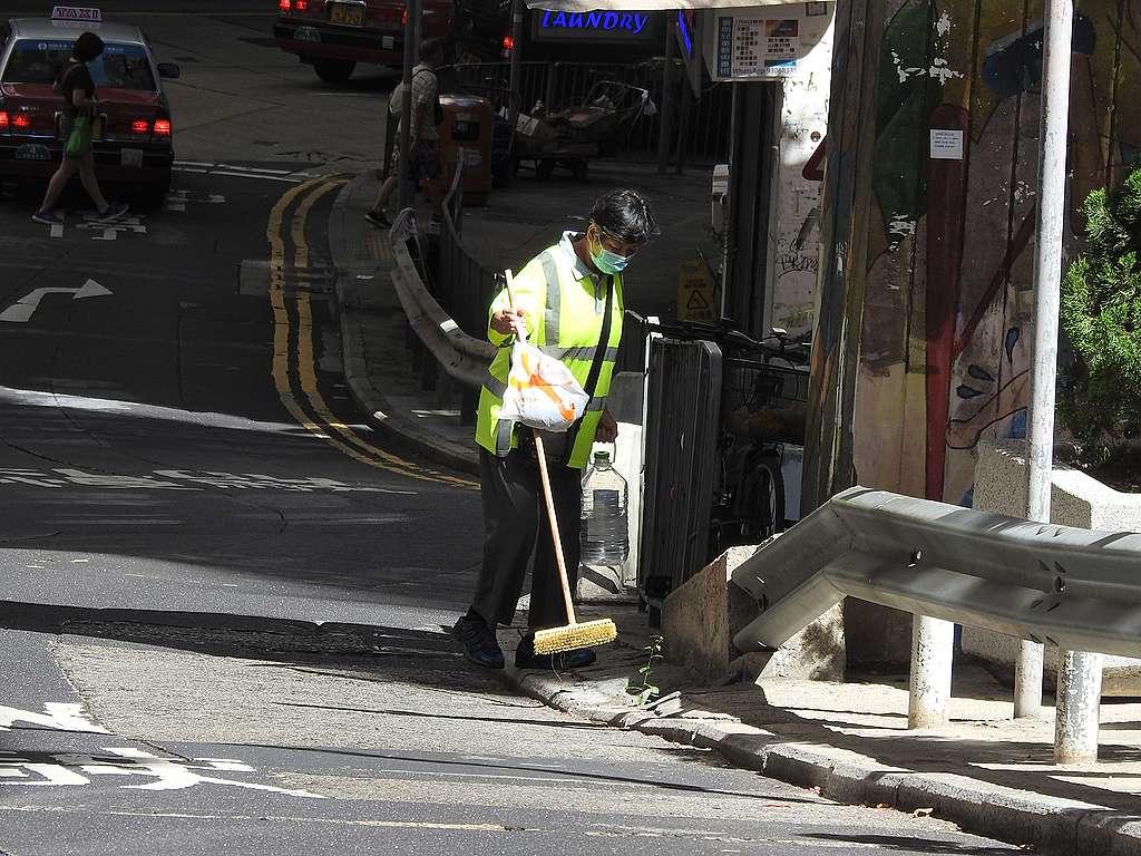 在香港,清潔工在戶外工作,炎夏加上疫情不能不說是煎熬。© Helen Yip / Greenpeace