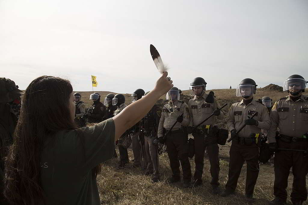 2016年10月,即使面對國民警衛軍及警隊鎮壓,立石蘇族依然毫無懼色,以和平行動守護部落家園。 © Richard Bluecloud Castaneda / Greenpeace