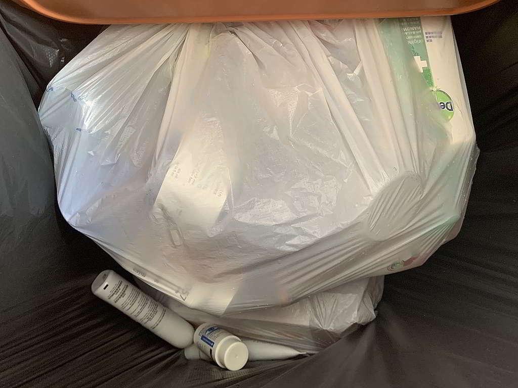 筆者視察過幾個膠樽回收桶,大部份都屬乾淨回收物,不過就未有再將塑膠分類細分,而這些未分類的塑膠,在今時今日,很可能直送堆填區。 © Greenpeace