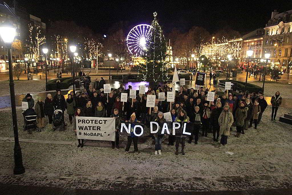 面對北極鑽油陰霾,感同身受的挪威奧斯陸居民隔空聲援「NO DAPL」行動。 © Greenpeace / Matthew Kemp