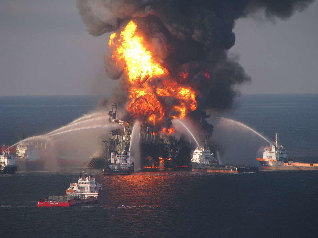 2010年,BP鑽油平台「深海地平線」(Deepwater Horizon)觸發美國史上最嚴重漏油災難,造成11名工人死亡,數以百萬桶原油污染墨西哥灣。 © The United States Coast Guard