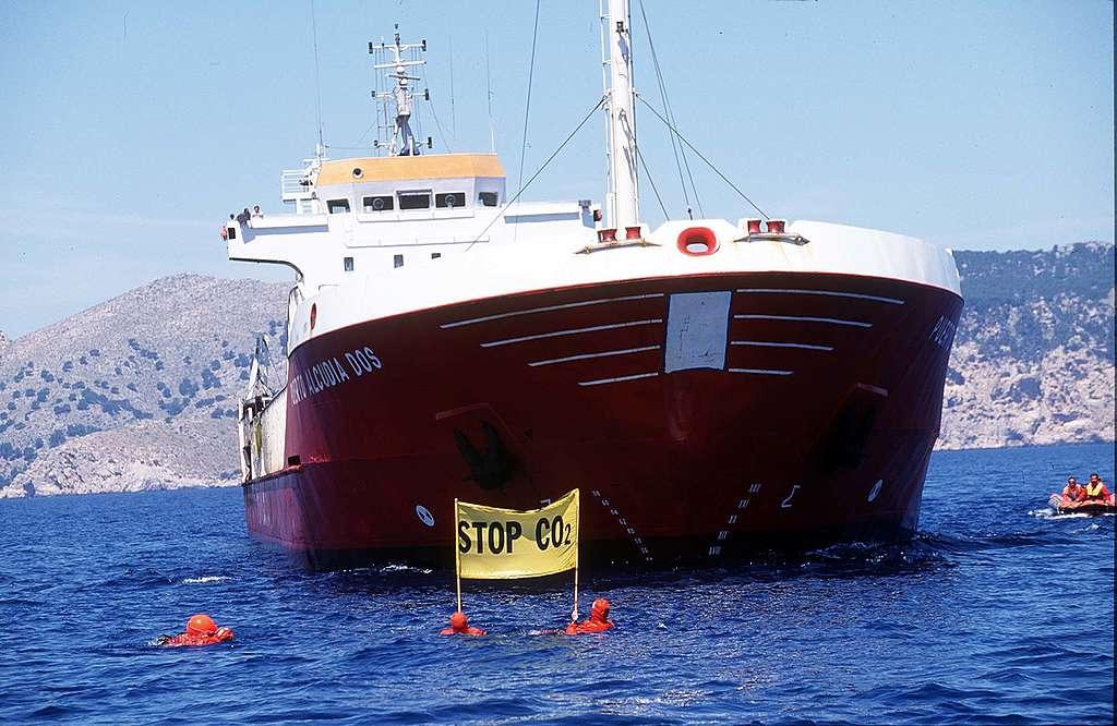 早於1997年,綠色和平行動者已於西班牙馬略卡島(Mallorca)阻截運煤船將煤炭運至港口,促請電力公司負起減碳責任。 © Greenpeace / Clive Shirley