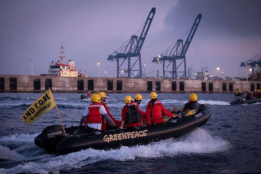 2019年7月,綠色和平西班牙辦公室的行動者前往Los Barrios燃煤電廠,將30米長、印有「氣候變化工廠」(Fabrica de cambio climatico)的橫額懸掛電廠所在港口,呼籲將化石燃料長埋地下,才能拯救氣候。© Pedro Armestre / Greenpeace