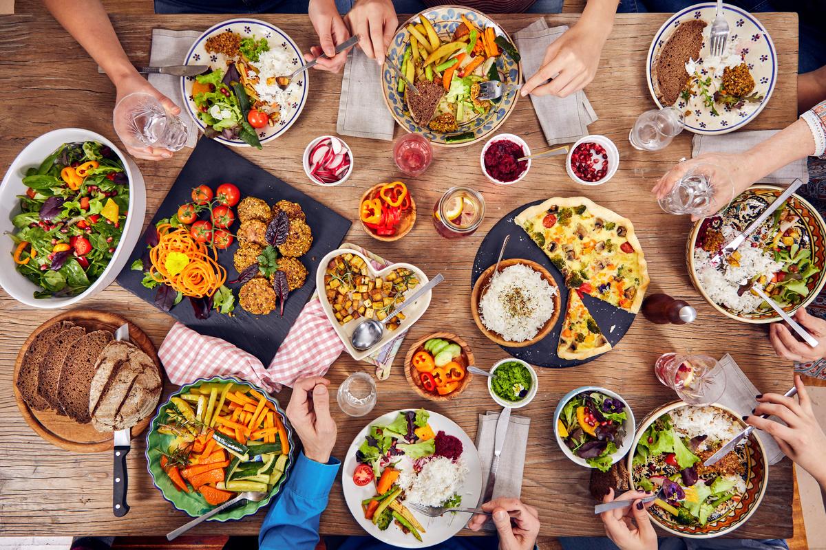 Növényi alapú ételek sokasága egy családi asztalon. © Mitja Kobal/Greenpeace