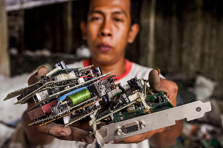 Electronic Waste Worker in Jombang. © Fully Syafi