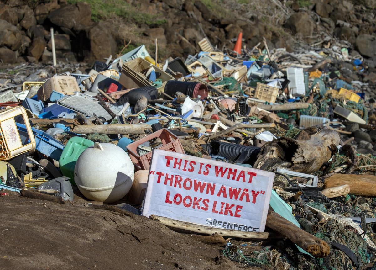 Tengerpartra vetett műanyag hulladékok és egyéb szemetek halma Hawaii Kaho'olawe szigetének Kanapou-öblénél. © Tim Aubry