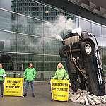 """""""Ronccsá teszitek a klímát!"""" – Greenpeace-aktivisták klímabarát közlekedést követelnek az EU közlekedési minisztereitől"""