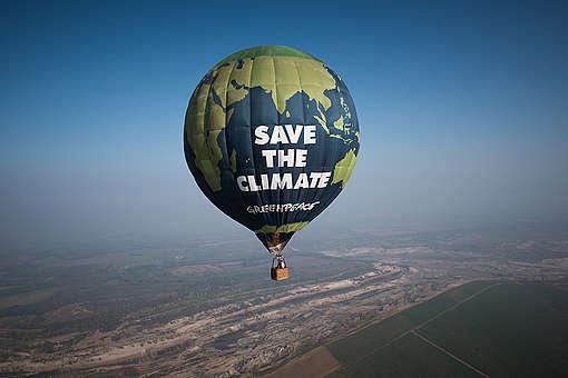 A Greenpeace léggömbje a deubeni szénerőmű felett repülve hívja fel a figyelmet a klímavédelemre