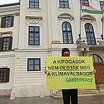 A Greenpeace-szel együtt színészek, zenészek és tudósok várják, hogy Orbán Viktor kiálljon a klímavédelemért Brüsszelben