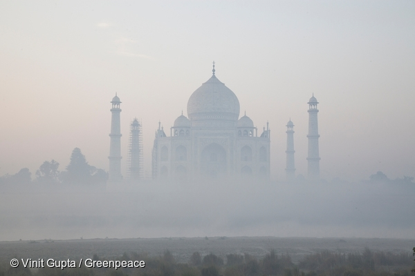Taj Mahal smothered in smog