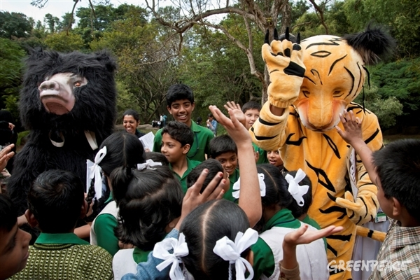 School children with Bhaloo and Sheroo in Cubbon park