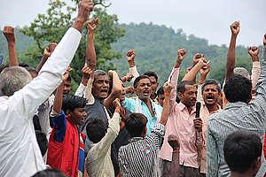 Pledges to Save Mahan Forest at Raksha Bandhan Festival in India. © Avik Roy