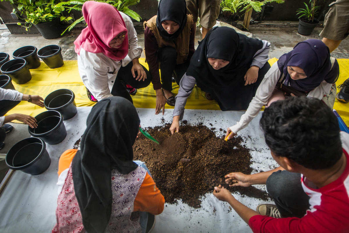 Urban Farming at MAKE SMTHNG Workshop in Jakarta. © Afriadi Hikmal