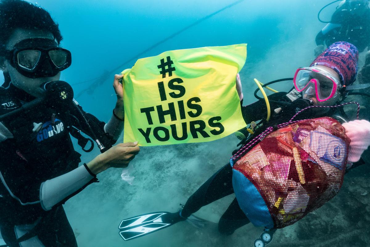 Underwater Sea Cleanup in Jakarta. © Ahmad Saparhadi / Greenpeace