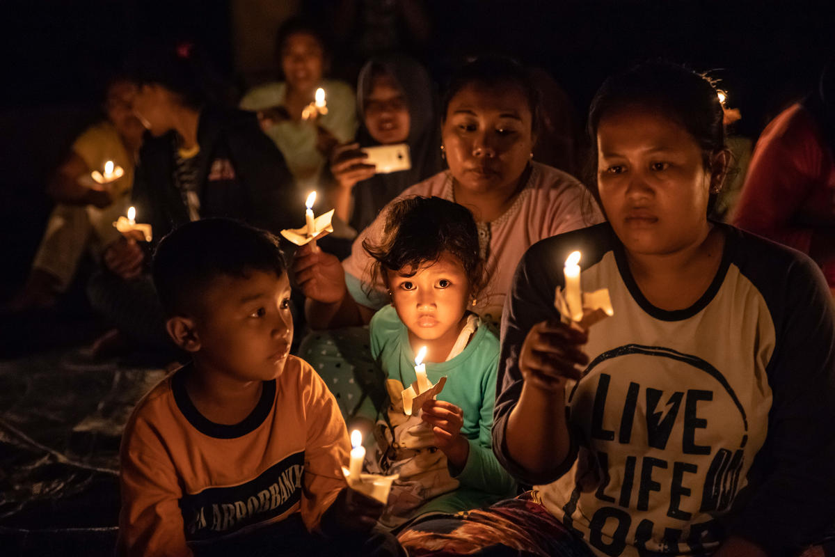 Candlelight Vigil at Movie Screening in Batang, Central Java. © Aji Styawan / Greenpeace