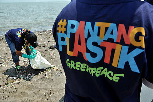 Beach Clean Up Activity and Brand Audit in Tangerang. © Rakhmawaty La'lang / Greenpeace