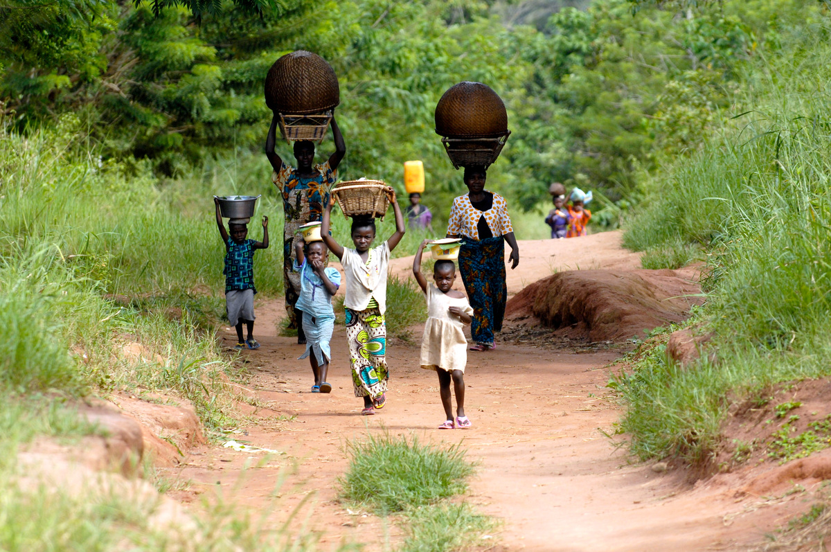 People on a Road in DRC Rainforest © Thomas Einberger / argum / Greenpeace