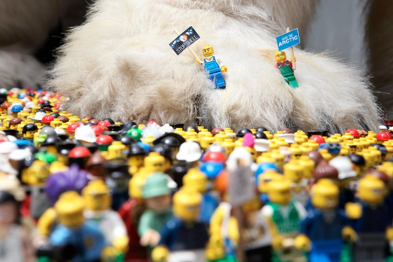 LEGO mini figures protest to save the Arctic from oil drilling © Jiri Rezac / Greenpeace