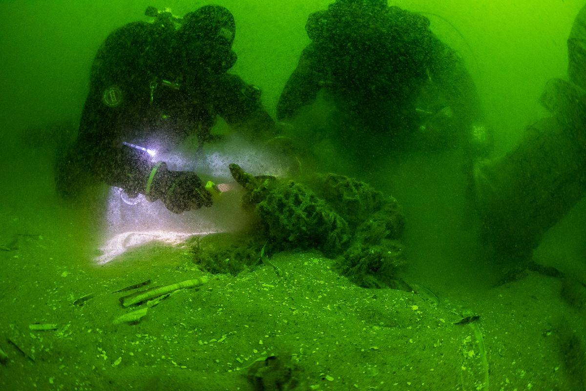Divers Recover Ghostnets in the North Sea Sanctuary © Cees Kassenberg / Greenpeace